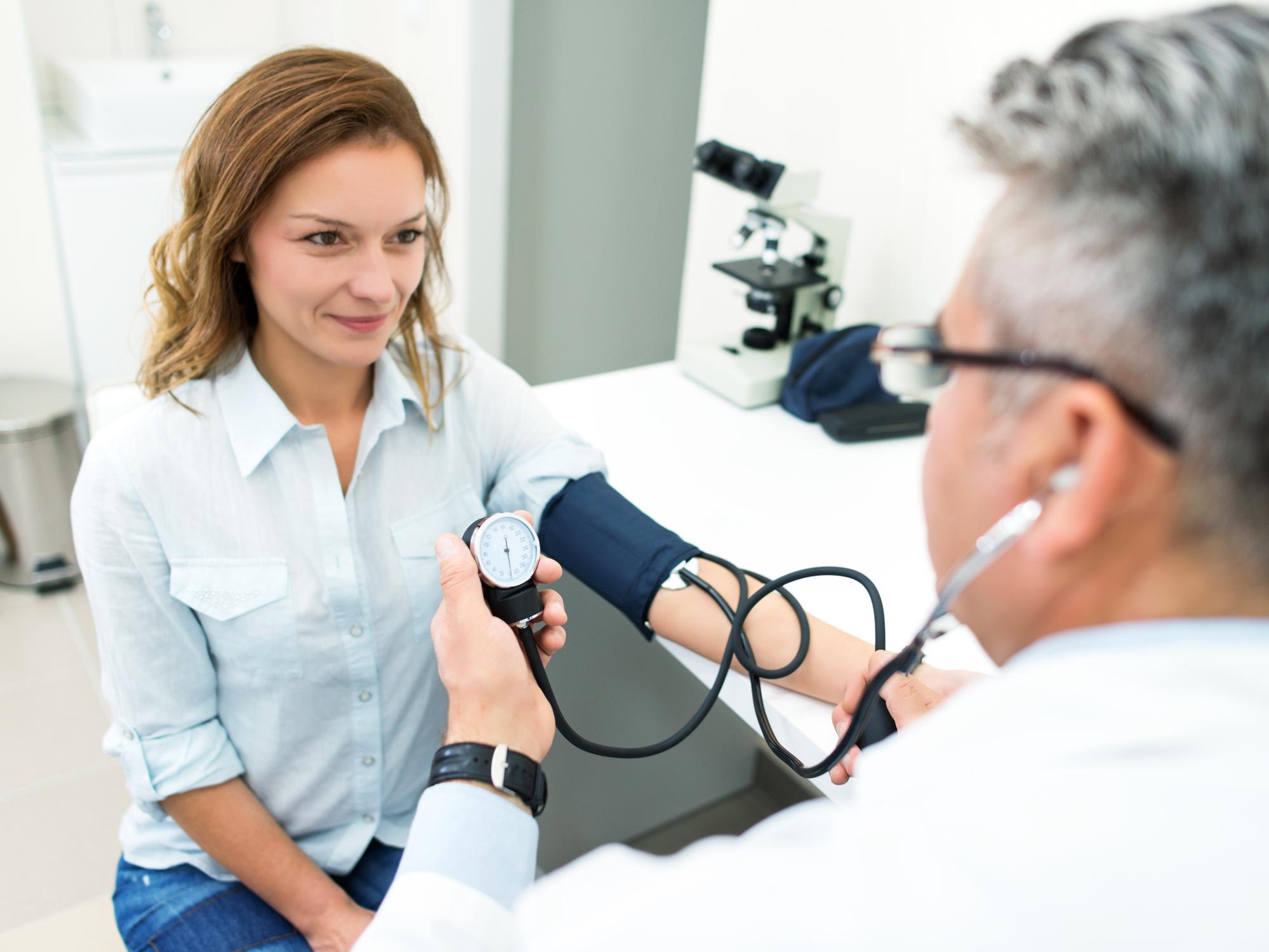 különbség az ncd és a magas vérnyomás között
